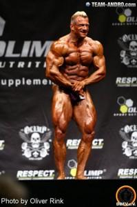 Bei vielen Posen ist eine gute Bauchmuskulatur ein Blickfang, Achim Weitz bei der Deutschen Meisterschaft 2011, Sieger Männer bis 90 kg