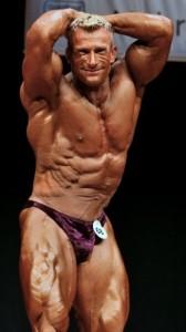 Seitliche Bauchmuskulatur gezeigt von Achim Weitz bei der Deutschen Meisterschaft 2008, Sieger Männer bis 90 kg