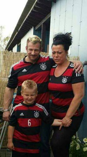 Achim und seine Familie, natürlich im passenden Weltmeisterschafts-Look!!!